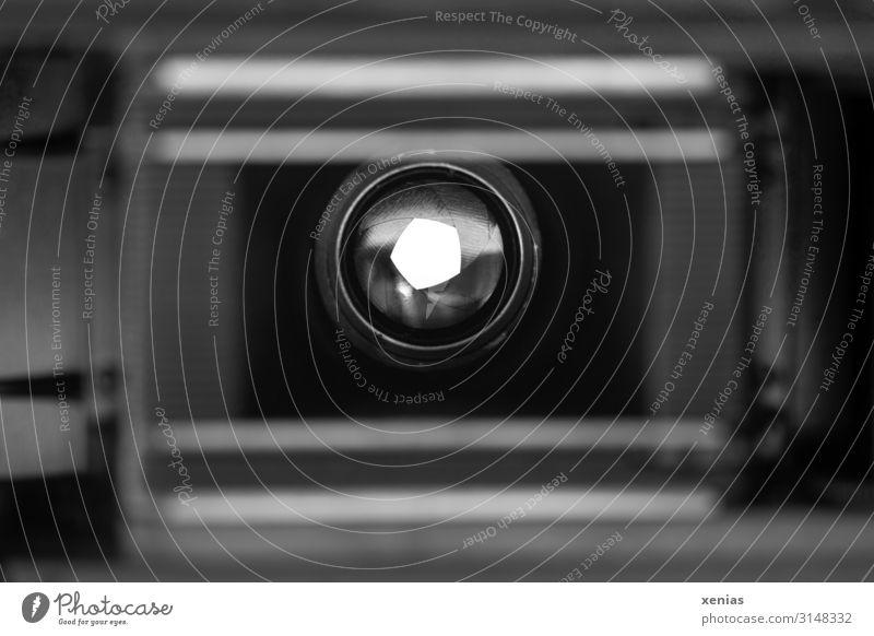 Durchblick durch Objektiv bei alter analoger Kamera Fotokamera grau schwarz weiß Blende Schwache Tiefenschärfe Fotografieren Linse Nahaufnahme Detailaufnahme