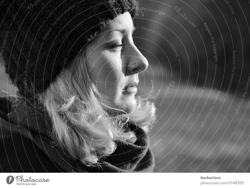 Die Wintersonne genießen Frau Erwachsene 1 Mensch Natur Landschaft Schönes Wetter Wiese Wald Schal Mütze blond hell kalt Wärme Gefühle Stimmung Lebensfreude
