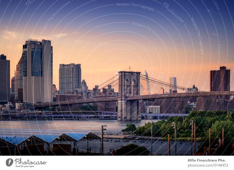 Erhöhter Blick auf die Brooklyn Bridge Ferien & Urlaub & Reisen Landschaft Himmel Sonnenaufgang Sonnenuntergang Sommer Fluss Stadtzentrum Skyline Hochhaus