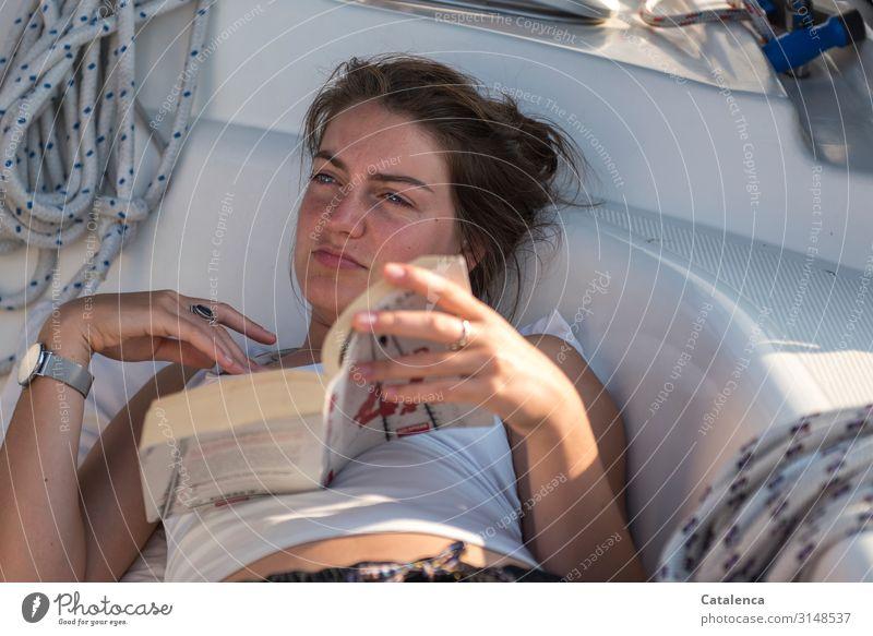 Geschriebenes | zum Nachdenken Mensch Jugendliche Junge Frau blau schön weiß feminin braun Stimmung Freizeit & Hobby liegen Buch lesen Seil brünett Segeln