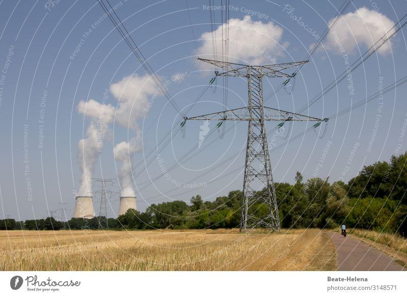 Energiebedarf: Hochspannungsleitung vor zwei Kühltürmen Landschaft Starkstrom Elektrizität Energiewirtschaft Leitung Wolken Industrie Kabel Strommast