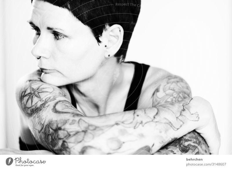 . Frau Erwachsene Haut Kopf Haare & Frisuren Gesicht Auge Ohr Nase Mund Lippen Arme 30-45 Jahre Tattoo Piercing Ohrringe ästhetisch außergewöhnlich schön Kraft