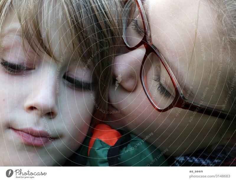 Geschwisterliebe Mädchen Junge Bruder Schwester Kindheit Jugendliche Gesicht 2 Mensch 8-13 Jahre 13-18 Jahre Brille blond Küssen authentisch Zusammensein