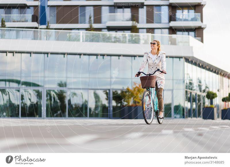 Junge glückliche Frau auf dem Fahrrad in der Stadt Lifestyle Freude Leben Freizeit & Hobby Fahrradfahren feminin Junge Frau Jugendliche Erwachsene 1 Mensch