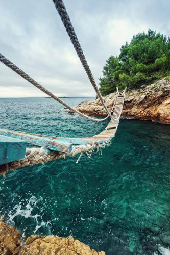 Trau dich! Landschaft Wasser Horizont Sommer Felsen Küste Bucht Kroatien Hängebrücke Wege & Pfade alt hoch maritim retro blau braun grün Angst Abenteuer