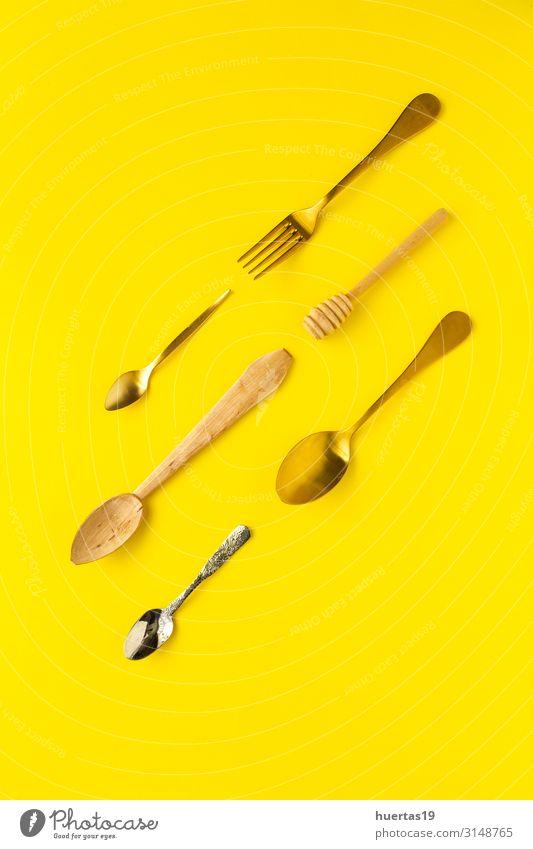 Löffel und Gabeln auf gelbem Hintergrund Frühstück Mittagessen elegant Design Küche Werkzeug Menschengruppe Sammlung Metall Farbe Anklopfen flache Verlegung