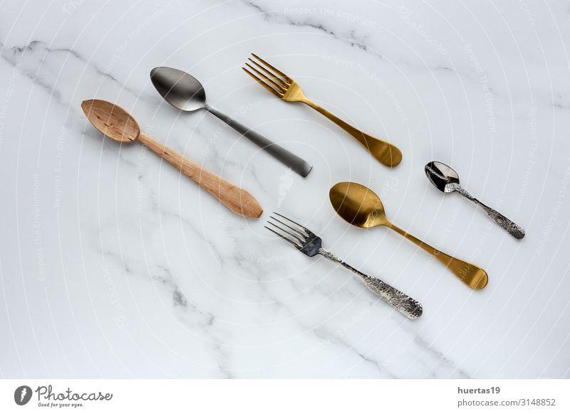 Löffel und Gabeln auf weißem Hintergrund Frühstück Mittagessen elegant Design Küche Werkzeug Menschengruppe Sammlung Metall Farbe Anklopfen flache Verlegung