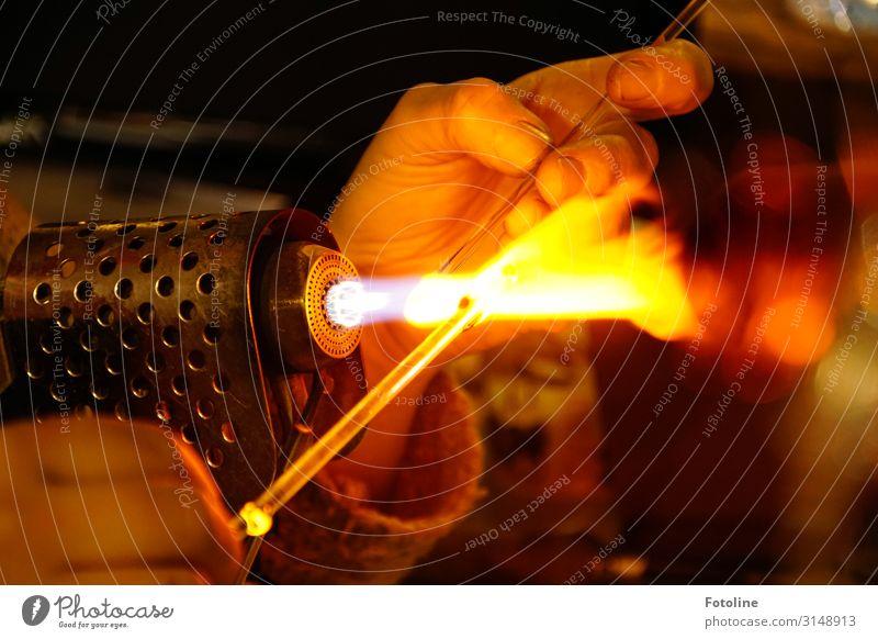 Handwerk Mensch feminin Haut Finger 1 heiß hell nah braun gelb schwarz Glas Feuer Glasbläserei Wärme Geschicklichkeit Kunsthandwerk Farbfoto mehrfarbig