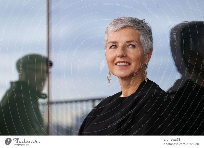 Zeitlos schön | UT HH19 Frau Erwachsene Mann Senior Leben Mensch 2 45-60 Jahre Ohrringe grauhaarig kurzhaarig elegant Glück positiv Lebensfreude Begierde