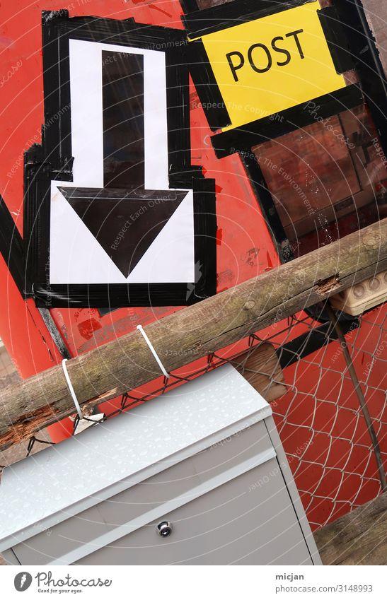 POST Beruf Baustelle Post Haus Fassade Holz Metall Zeichen Schriftzeichen Schilder & Markierungen Pfeil hässlich trashig Stadt gelb rot Armut chaotisch