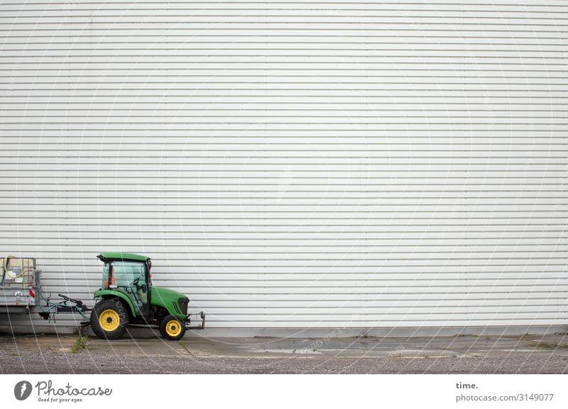 Ruhetag Arbeit & Erwerbstätigkeit Arbeitsplatz Handwerk Baustelle Platz Mauer Wand Traktor Anhänger stehen hoch klein grün Neugier Überraschung entdecken