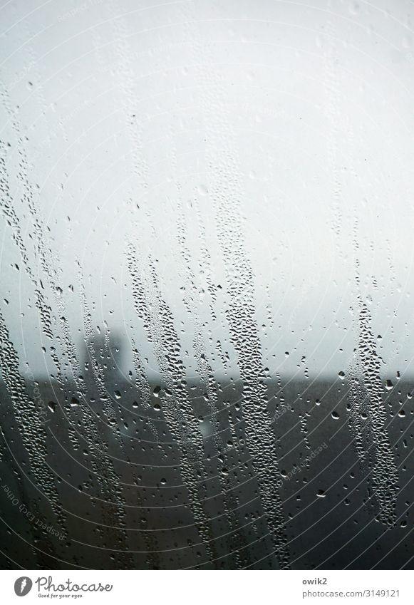 Regentag Wassertropfen Wolken schlechtes Wetter Fenster Dach Schornstein Fensterscheibe Glas nass trist trösten geduldig ruhig Traurigkeit Sorge Trauer
