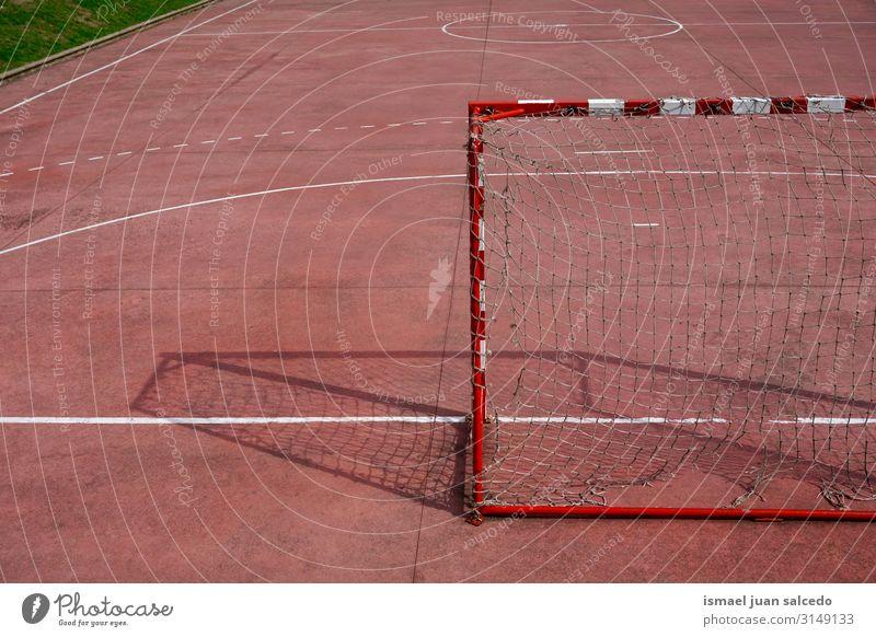 Fußballtor Sportgeräte auf dem Feld Spielfeld Gerichtsgebäude rot Tennisnetz Internet Seil Spielen Verlassen alt Straße Park Spielplatz Außenaufnahme kaputt