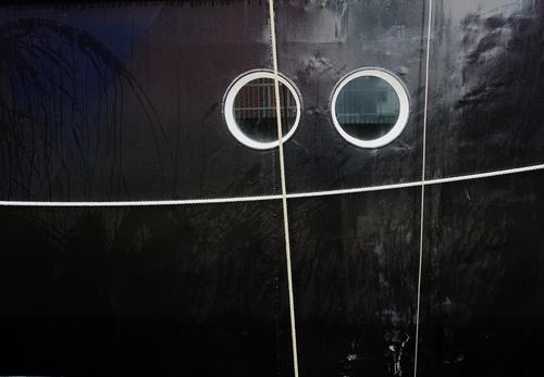 Silberblick Fenster schwarz paarweise Metall glänzend Glas beobachten rund Seil hängen Bullauge Passagierschiff Schiffstau Bordwand
