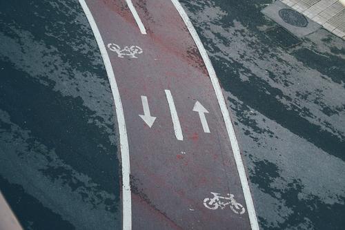 Fahrradschild auf der Straße Verkehrsgebot Zyklus Signal Hinweisschild Großstadt Verkehrsschild Zeichen Symbole & Metaphern Weg Vorsicht Beratung Sicherheit