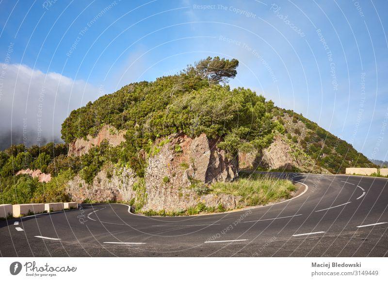 Landschaftliche Straßenkurve in der Anaga-Bergkette, Teneriffa. Ferien & Urlaub & Reisen Tourismus Ausflug Abenteuer Freiheit Expedition Fahrradtour
