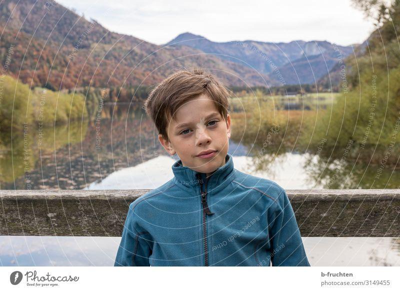 Kind auf Holzbrücke, Gebirgssee Leben Ferien & Urlaub & Reisen Ausflug Abenteuer Berge u. Gebirge wandern Junge Gesicht 1 Mensch 8-13 Jahre Kindheit Umwelt