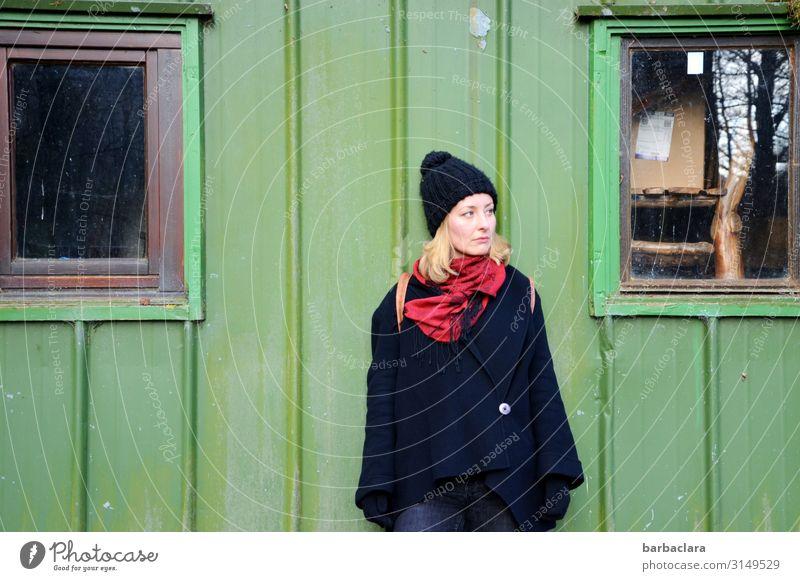 verloren | wo ist denn nur mein Schlüssel? feminin Frau Erwachsene 1 Mensch Wald Hütte Gebäude Mauer Wand Fassade Fenster Jacke Mütze Schal blond stehen warten