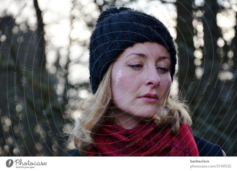 Hautsache | die Kälte geht unter die Haut Frau Erwachsene 1 Mensch Landschaft Winter Baum Sträucher Seeufer Schal Mütze blond frieren stehen kalt rot schwarz