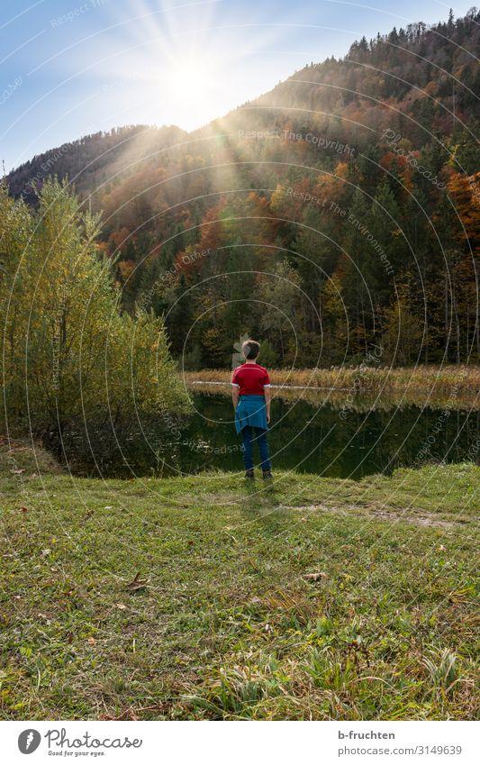 Kind stehend am Seeufer eines Gebirgssees Wohlgefühl Freizeit & Hobby Ausflug Berge u. Gebirge wandern 1 Mensch 8-13 Jahre Kindheit Natur Landschaft Wasser