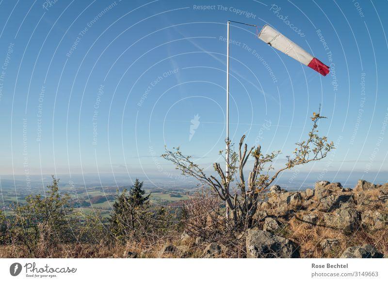 Rotweiss im Wind Landschaft Wolkenloser Himmel Schönes Wetter Hügel wandern Ferne Windsack Windfahne Rhön Wasserkuppe Farbfoto Außenaufnahme Menschenleer