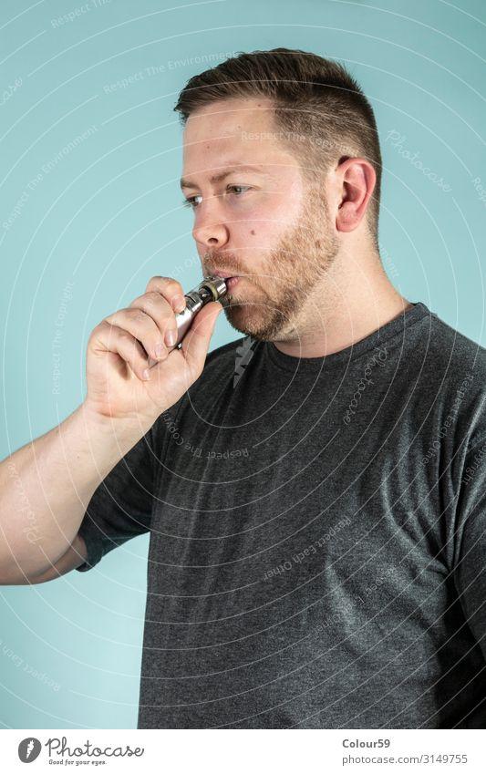 """Junger Mann raucht E Zigarrette Lifestyle Mensch Jugendliche 1 30-45 Jahre Erwachsene Rauchen einzigartig Freude """"E Zigarette mann jung"""" e zigarette ungesund"""