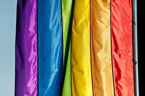 Regenbogenfarben Farbe Hintergrundbild Textfreiraum Wind Fahne Homosexualität wehen Farbenspiel Verlauf Farbverlauf Farbwert regenbogenfarben Farbkarte