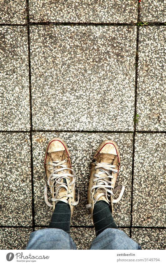 Alte Turnschuhe - 5555 Fliesen u. Kacheln Fuß Bodenbelag links Mann Mensch paarweise rechts Schuhe stehen Textfreiraum Textfreiraum oben Vogelperspektive warten