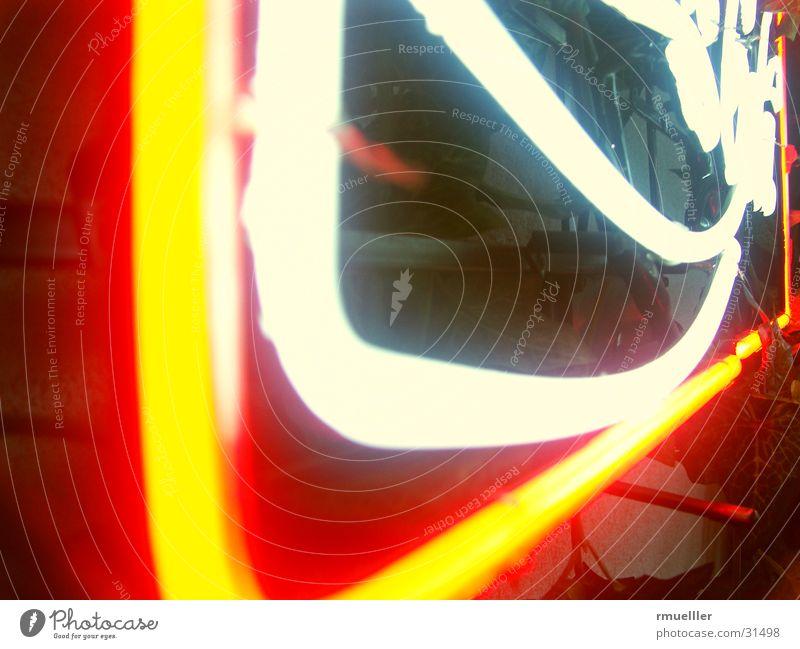 Eine nicht unbekannte Getränkereklame weiß rot gelb Stimmung Beleuchtung Schilder & Markierungen glänzend leuchten Werbung obskur Neonlicht Cola