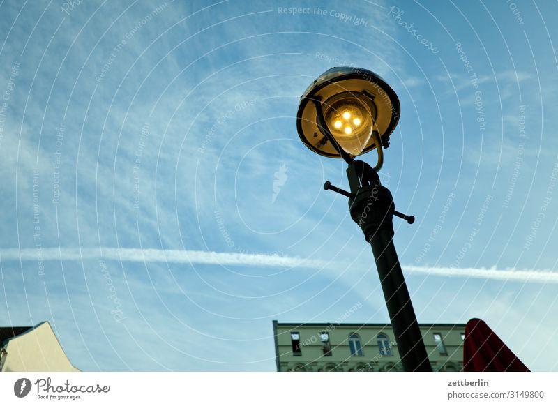Alte Laterne Straßenbeleuchtung Gaslaterne alt antik historisch Licht Beleuchtung Froschperspektive Berlin Stadt Menschenleer Häusliches Leben Wohngebiet Himmel