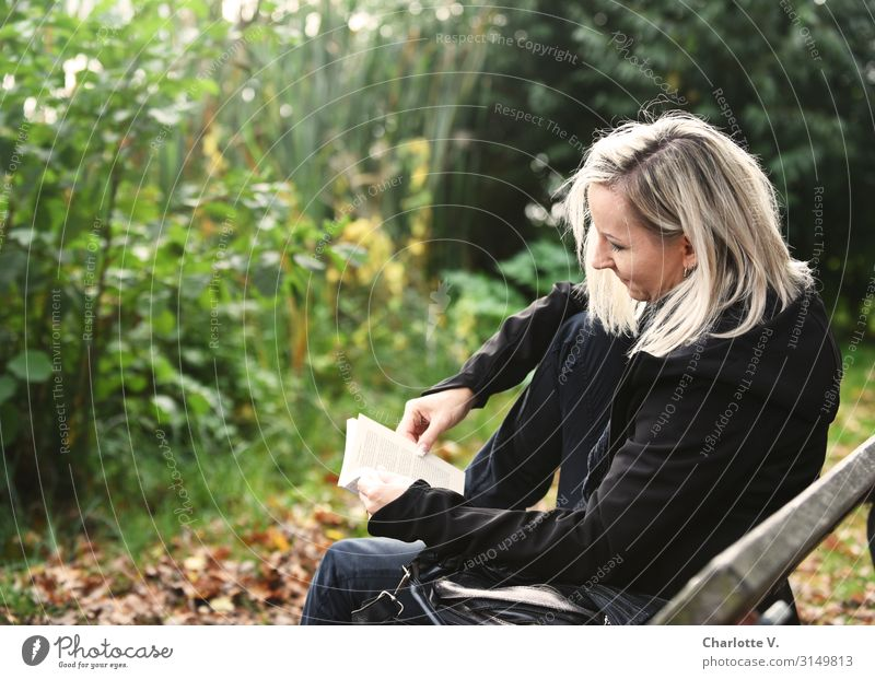 Lesen | UT HH 19 Frau Mensch Natur Pflanze schön grün Erholung schwarz Erwachsene Holz Herbst Wärme feminin braun Zufriedenheit Park