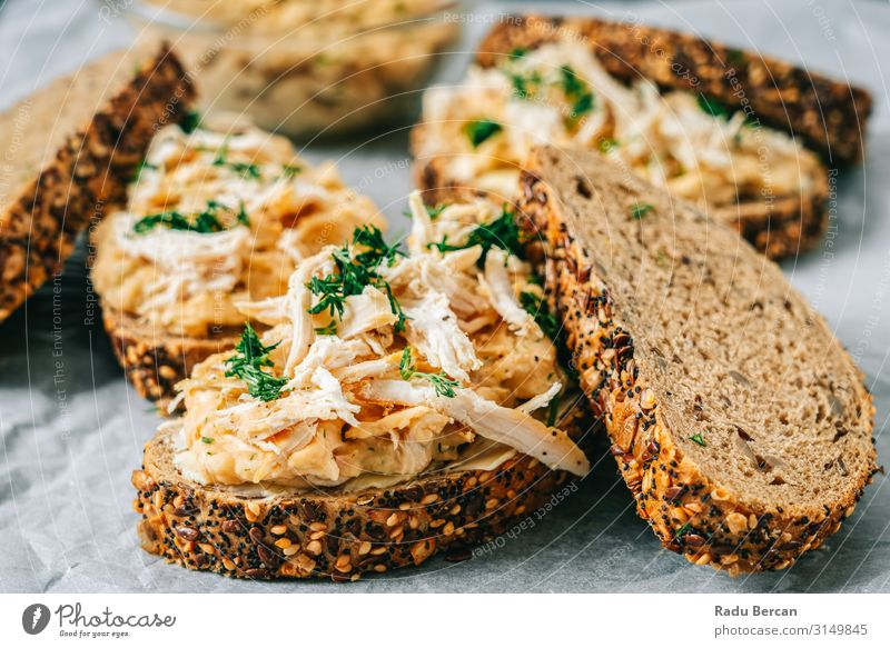Sandwiches mit Huhn und Butterbohnen Belegtes Brot Fleisch Hähnchen Snack Abendessen grün Scheibe weiß Gesundheit Gemüse Frühstück rustikal geröstet Club