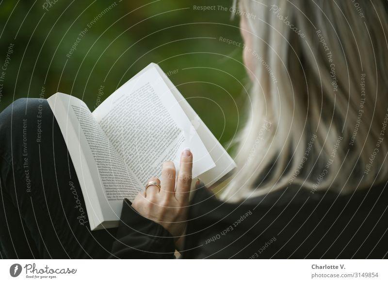 Blättern | UT HH 19 Mensch feminin Frau Erwachsene Leben 30-45 Jahre Kultur Printmedien Buch lesen blond berühren Denken lernen einfach natürlich grün schwarz