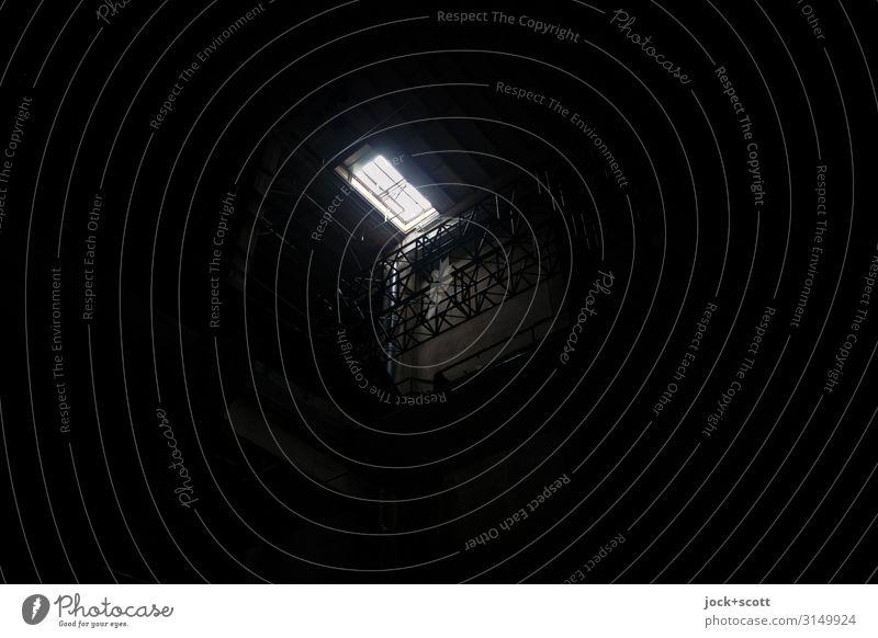 Spot dort oben in der riesigen Halle Industrieanlage Klappe Lichteinfall Lichtpunkt dunkel eckig einfach klein schwarz Mittelpunkt minimalistisch Schattendasein