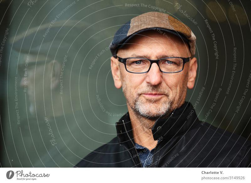 Verschmitzt | UT HH19 Mensch maskulin Mann Erwachsene Männlicher Senior 45-60 Jahre Fensterscheibe Brille Mütze Schirmmütze Bart Glas Lächeln Blick Coolness