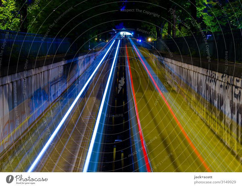 Takt & Tempo Rampe Schienenverkehr U-Bahn Bahnhof Gleise Ausfahrt Einfahrt Lichtstreifen fahren lang Geschwindigkeit Mobilität Netzwerk Ziel Leuchtspur