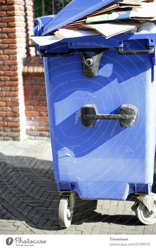 Papierberg Ferien & Urlaub & Reisen Niederlande Haus Gebäude Mauer Wand Müllbehälter Müllentsorgung Müllverwertung Stein Kunststoff warten blau braun grau