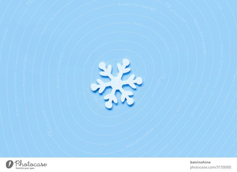 Weiße Weihnachtsschneeflocke auf hellblauem Hintergrund Dekoration & Verzierung Ornament weiß Schneeflocke hell-blau Weihnachten Feiertage Pastell Gast festlich