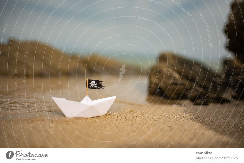 Piraten-Papierschiff am Strand zwischen Klippen Ferien & Urlaub & Reisen Abenteuer Ferne Expedition Sommer Sommerurlaub Sport Schwimmen & Baden Segeln