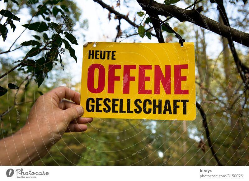 """Eine Hand hält ein Schild mit der Aufschrift """" Heute Offene Gesellschaft """" in die Höhe Mensch Leben Himmel Wald Schriftzeichen Hinweisschild Warnschild"""