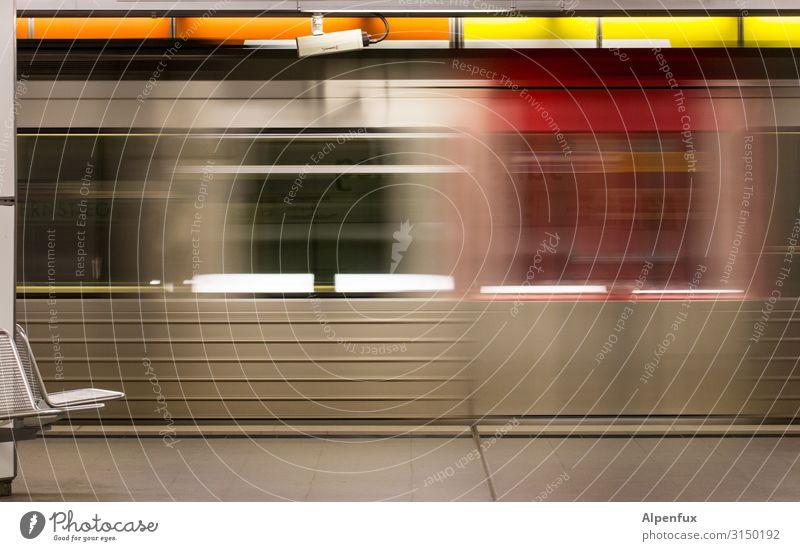 Nahverkehr (schnell) Verkehr Personenverkehr Öffentlicher Personennahverkehr Berufsverkehr Schienenverkehr S-Bahn U-Bahn Bahnhof Bahnhofshalle Bahnsteig