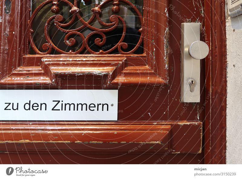 Zu den Zimmern Städtereise Haus Business Kleinstadt Stadt Altstadt Tür Namensschild Holz Schriftzeichen Schilder & Markierungen Hinweisschild Warnschild Schloss