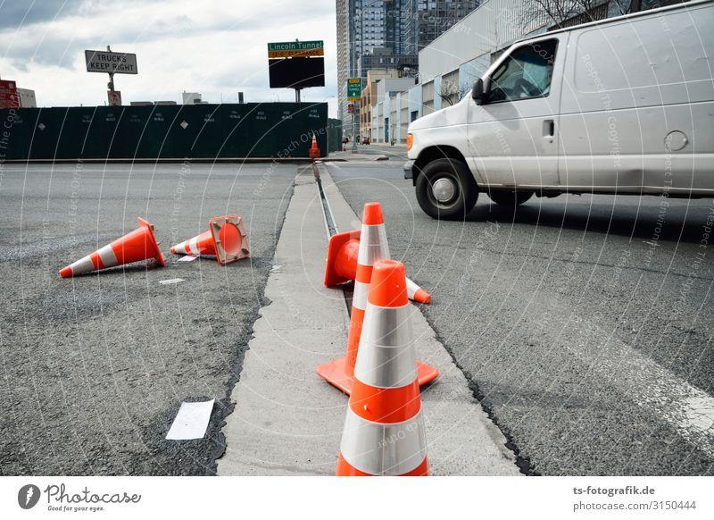 Alle neune in Manhattan Stadt weiß Straße Wege & Pfade außergewöhnlich Stein orange grau Verkehr Geschwindigkeit Hinweisschild Beton bedrohlich Zeichen