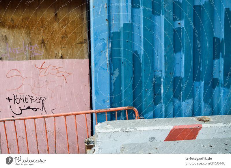Blue kissing pink Baustelle New York City Stadtzentrum Menschenleer Mauer Wand Fassade Absperrgitter Bauzaun Container Stein Beton Metall Zeichen Schriftzeichen
