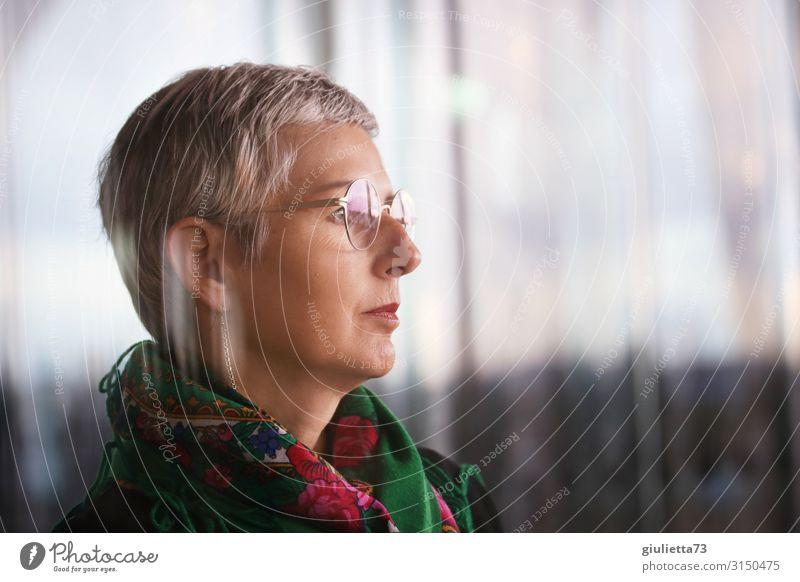 Bereit für Neues... | UT HH19 Frau Erwachsene Weiblicher Senior Leben Mensch 45-60 Jahre Brille Halstuch grauhaarig kurzhaarig beobachten warten schön demütig