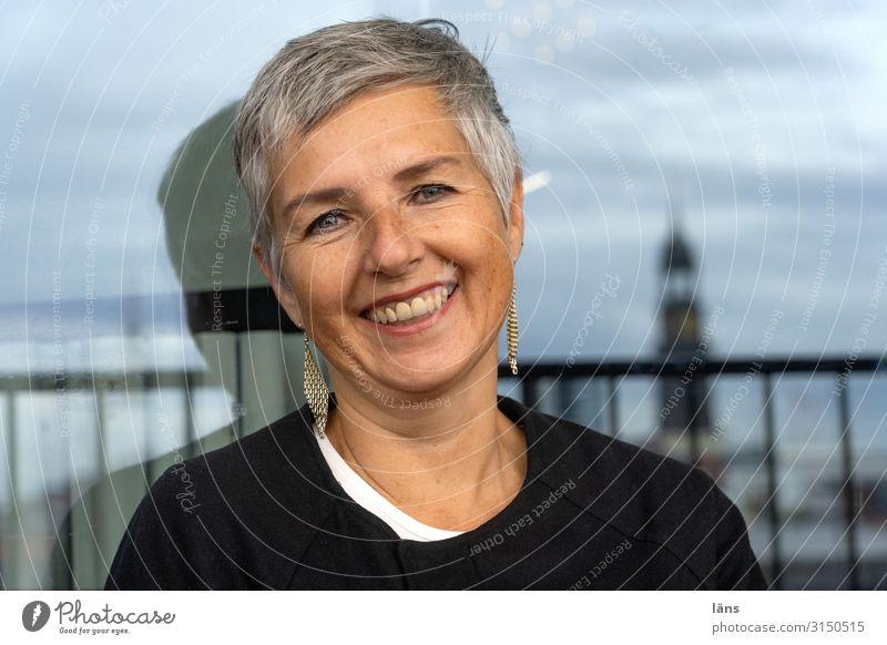 lachende Frau Mensch feminin Erwachsene Leben Kopf 1 Hamburg Hafenstadt Haus kurzhaarig beobachten Erholung warten Freundlichkeit Freude Glück Fröhlichkeit