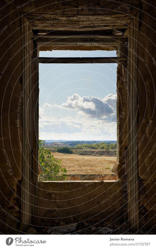 Bewölkte Landschaft, umrahmt von einem zerbrochenen Fenster. Freiheit Haus Innenarchitektur Himmel Wolken Horizont Wiese Ruine Gebäude alt Traurigkeit dreckig