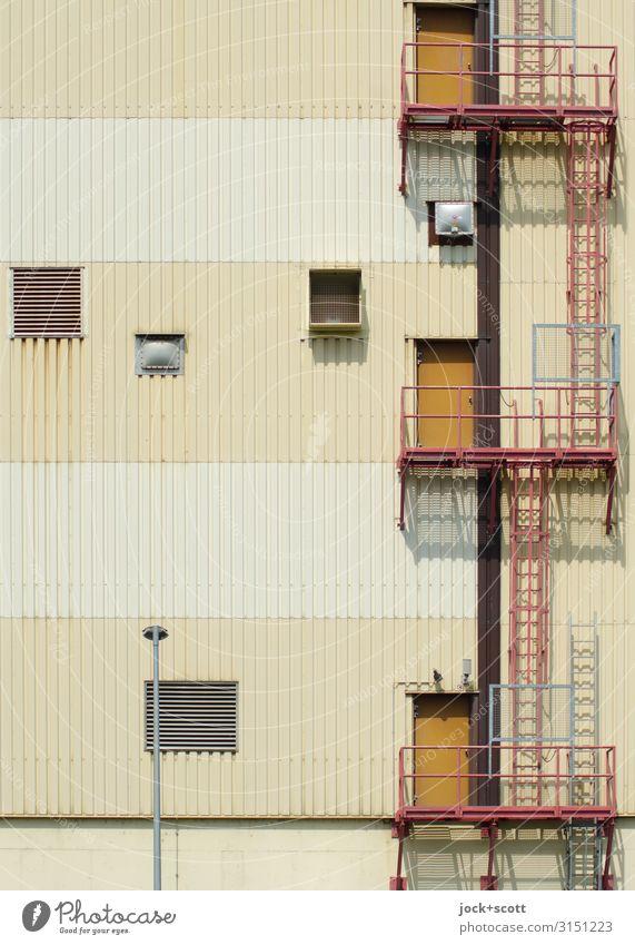 Auf diese Art und Weise Industrie Schönes Wetter Industrieanlage Mauer Wand Tür Leiter Plattform Notausgang Lüftungsschlitz Geländer Metall Linie Streifen