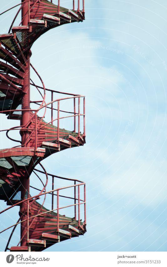 Unten nach Oben mit Wendeltreppe Himmel Wolken Treppengeländer Metall Spirale fest lang rot Sicherheit Ordnung Qualität Symmetrie Wege & Pfade Niveau