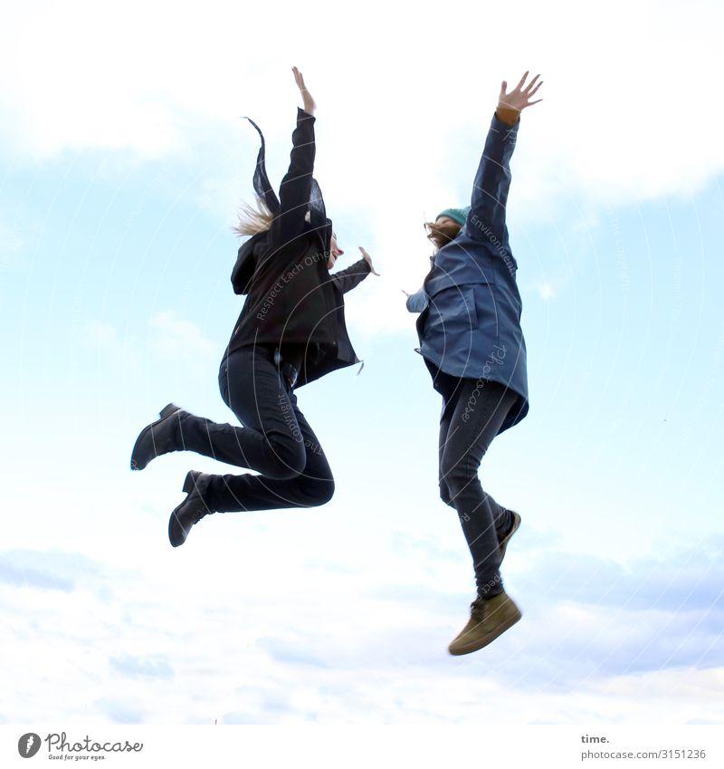 abgehoben Frau Mensch Himmel Erholung Wolken Erwachsene Leben feminin Sport Zusammensein Freundschaft springen Kommunizieren blond Fröhlichkeit Lebensfreude